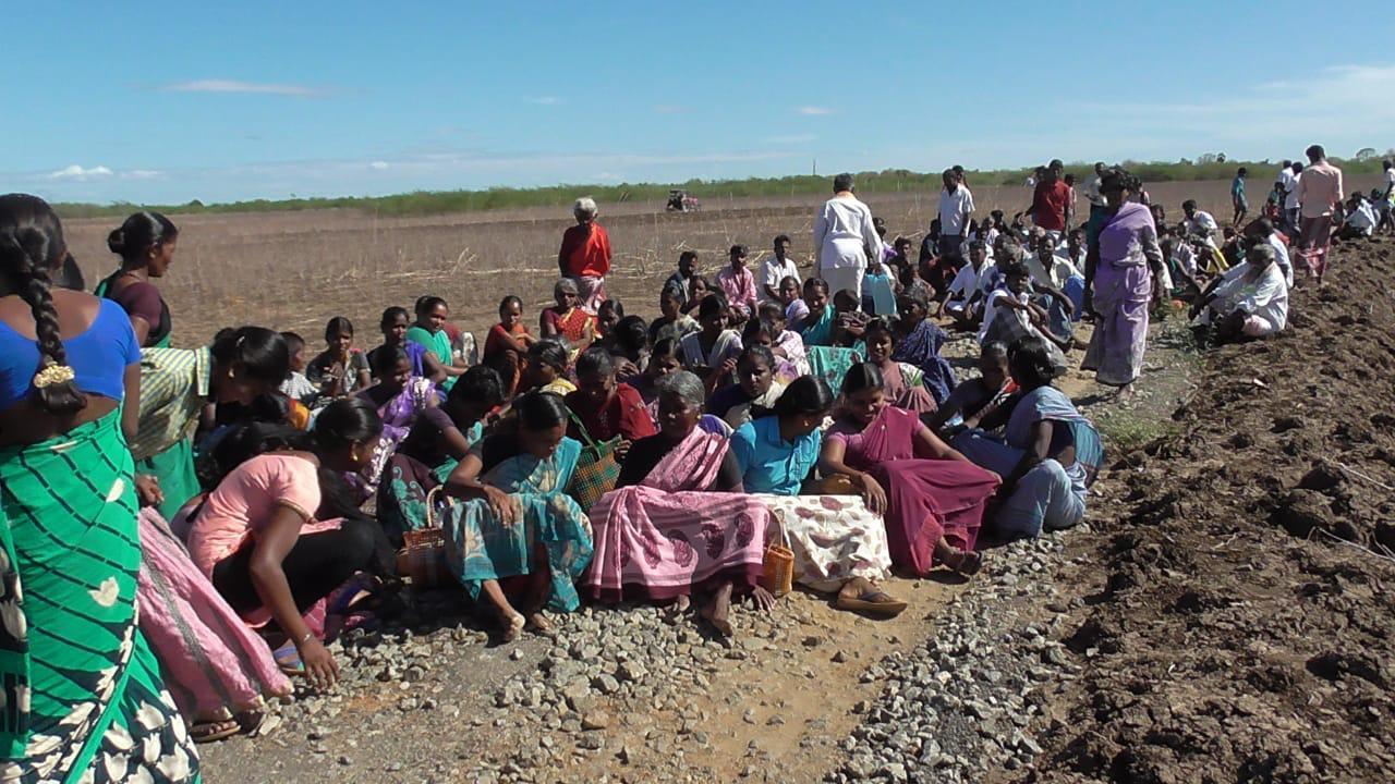 மாணவர்கள் போராட்டத்திற்கு ஆதரவாக திரண்ட கிராமத்தினர்