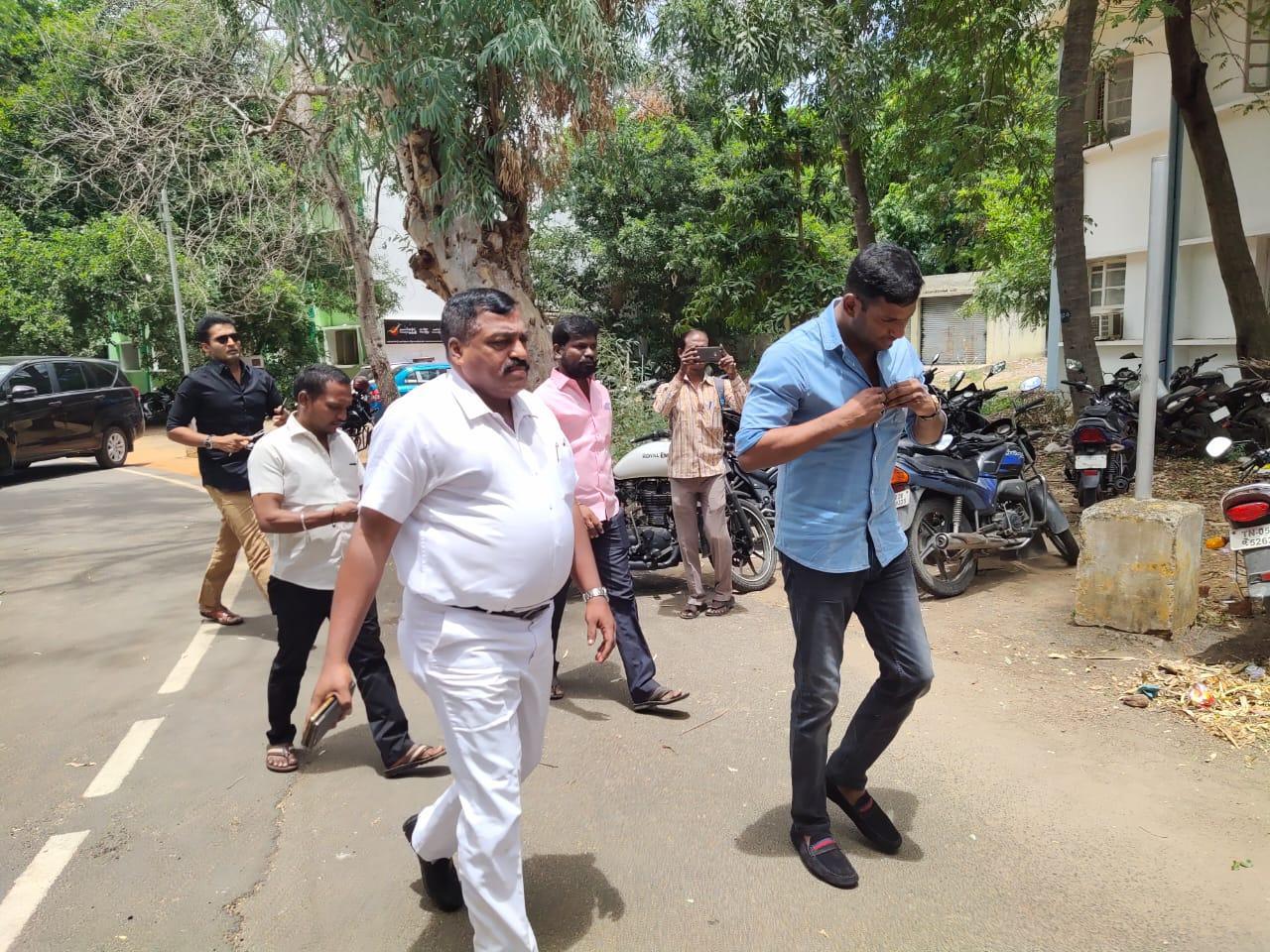 விஷால், காஞ்சிபுரம் எஸ்பி அலுவலகம்