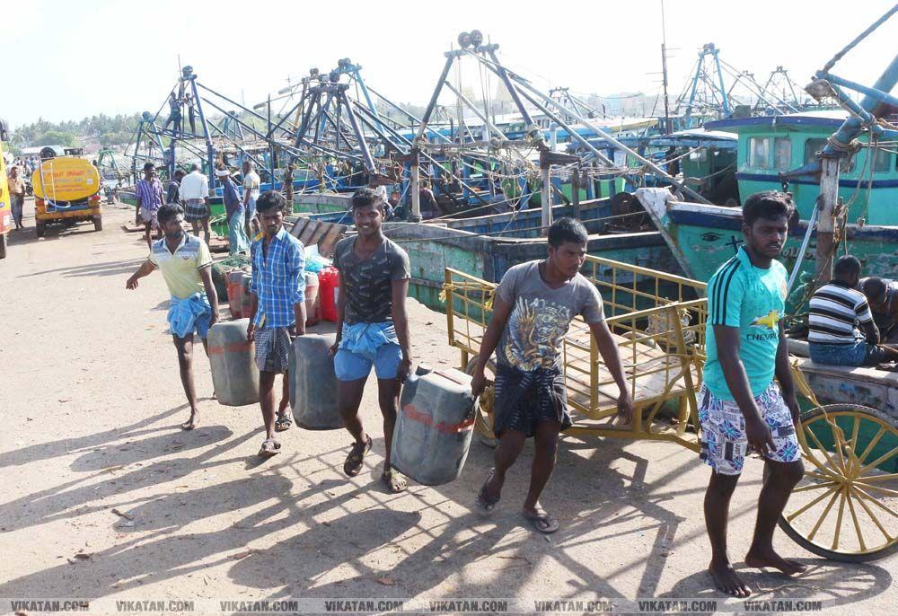 மீன்பிடிக்கச் செல்ல தயாராகும் மீனவர்கள்