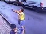 இரண்டாவது மாடியிலிருந்து தவறிவிழுந்த குழந்தை! - கண்ணிமைக்கும் நேரத்தில் கேட்ச் செய்த இளைஞர் #ViralVideo