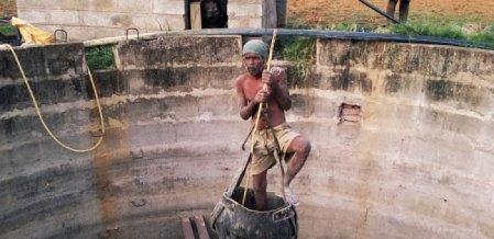 `எப்பவேணும்னாலும் மண் சரிஞ்சி விழும்' - கிணறுவெட்டும் தொழிலாளர்களின் திகில் வாழ்க்கை ! #MyVikatan