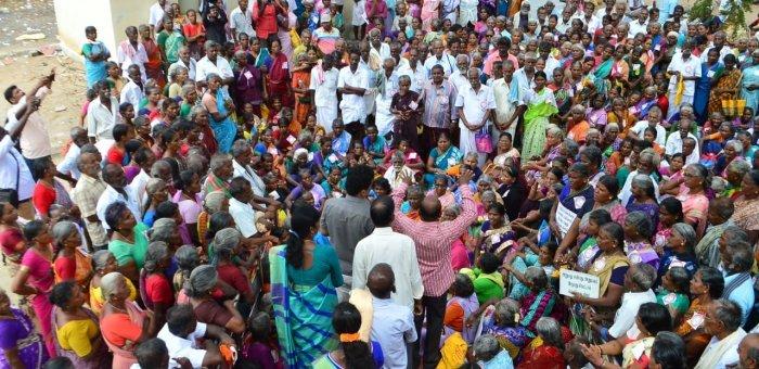 `நாங்கள் சொந்தக்காலில் நிற்கணும்!' - கடனுக்காக வங்கிகளை நாடும் முதியவர்கள்