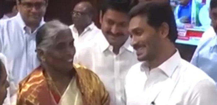 'ஏழை மக்களுக்கு கொடுங்க!' -  ஜெகன்மோகன் ரெட்டியை அசரவைத்த ஆந்திர மூதாட்டி