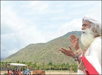 ஈஷா மையக் கட்டடங்களுக்கு அவசர அனுமதி... அடிபணிந்தார்களா அரசு அதிகாரிகள்?
