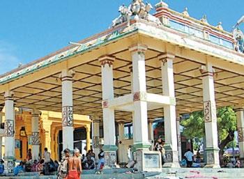 கம்பீரமாய் எழுகிறது ராஜகோபுரம்!